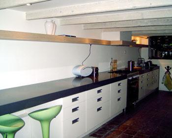 Langgerekte keuken ewe studio meubels beeldhouwen cursussen - Meubels studio keuken ...